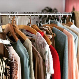 🇬🇧How manny outfits do you guess we can do with this? 🇩🇪 wie viele Outfits denkst das wir hiermit machen können? #styleinspiration #capsulewardrobe #farbberatunghamburg #stilberatunghamburg #wardobestylist #kleiderschrankshopping #heybeautiful #heybeautiful.eu #sustainability #slowfashion #slowfashionobsessed