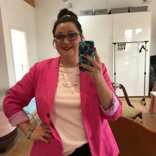 🇬🇧This my lovlies is me calling for SUMMER!!! 🇩🇪 Dies meine lieben, bin ich wenn ich den SOMMER rufe!!! #farbberatung  #farbberatunghamburg #stilberstung #stilberatunghamburg #lovepink #callingsummer #ididmyhair #schleifeimhaar #pinkonpink #rosa #blazer #outfitinspo #pearls #
